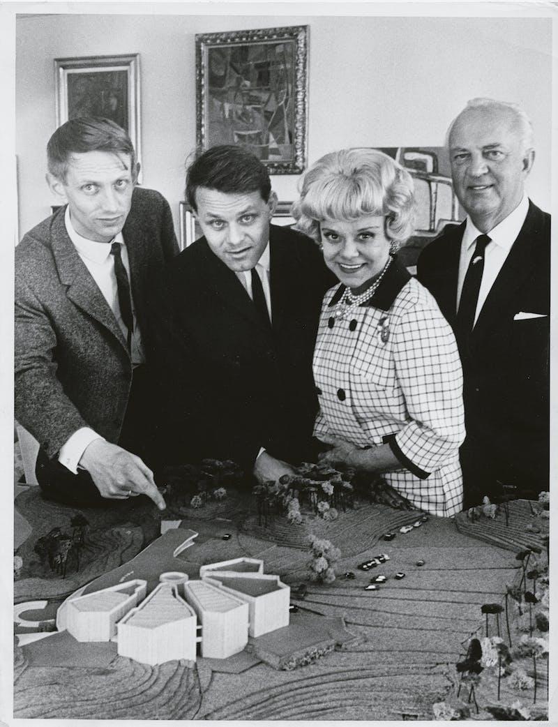 Arkitekter og donatorer foran modellen paa Landoeya 1964